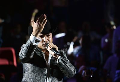 Julión Álvarez y su Norteño Banda pusieron a bailar con temas como El bombón, Tonto y Borrachito.