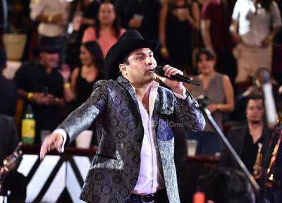 Álvarez llegó con mucha energía a ofrecer una velada llena de éxitos y mucha fiesta.