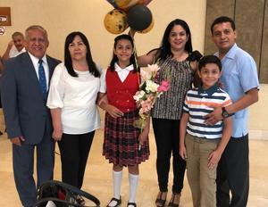 08072019 TERMINA LA PRIMARIA.  Helen Rangel Gutiérrez con sus papás, Cuauhtémoc e Ivonne, su hermano, Fernando, y sus abuelos, Fernando y Elena.
