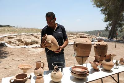 En el yacimiento, encontraron cuencos y una lámpara de aceite, como ofrendas colocadas debajo de los edificios para traer buen destino en la construcción, además de herramientas de piedra y metal datadas entre los siglos XII y XI a.C.
