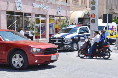 En sentido contrario; frente a la autoridad, Sin portar casco ambos tripulantes y en sentido contrario fueron captados ciudadanos en el Paseo Morelos y calle Valdez Carrillo.