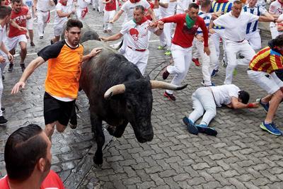 Provocó el tropiezo y la caída de varios corredores.