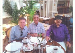 09072019 FESTEJAN ANIVERSARIO.  Doctores Alfredo Guitrón Cantú, Antero Sylveira Michel y Leonel Rodríguez celebrando el 46 aniversario de haber egresado de la Facultad de Medicina de Torreón (1968-1973).