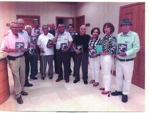 09072019 EN RECIENTE EVENTO . El grupo de adultos mayores Amantes de la vida recibieron un ejemplar del libro El arte de mandar, de la autoría del General Adolfo Castillo López.