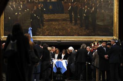 Entre los que acudieron al velatorio se encontraban familiares, amigos, compañeros políticos y ciudadanos.