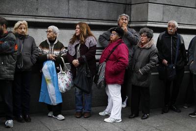 Cientos de personas se acercaron a despedir al expresidente argentino.