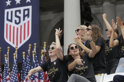 Acompañan a las Campeonas del Mundo en desfile de NY