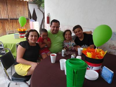 En familia en el cumpleaños de Leo