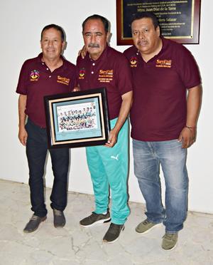 11072019 Se entregó reconocimiento a Jorge F. Mora por ser fundador de este curso, hace 24 años.