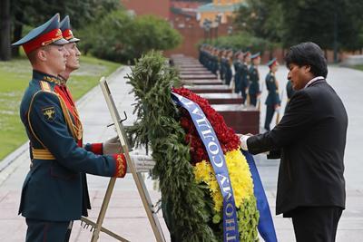A su llegada, visitó la tumba del soldado desconocido.