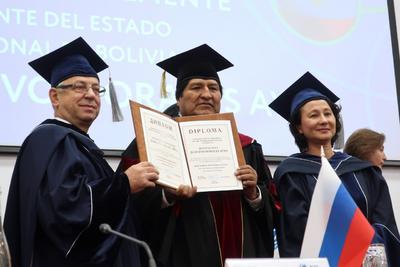 El presidente de Bolivia fue investido doctor honoris causa por la Universidad Rusa de la Amistad de los Pueblos.