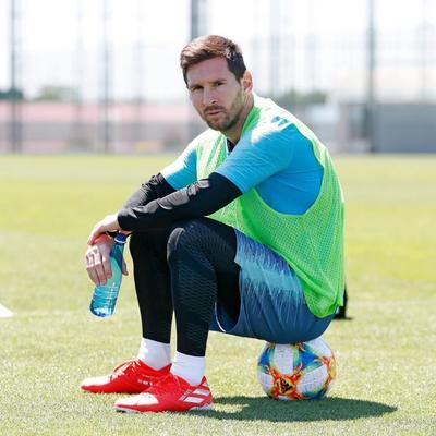 No faltan deportistas en la lista, comenzando por el cuarto lugar que ocupa el futbolista argentino Leo Messi, estrella del FC Barcelona, que ingresó 127 millones.