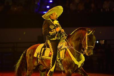 Pepe llegó con todo al concierto. Empezó su participación con El zacatecano, Recuérdame bonito y Directo al corazón (Por unas monedas).