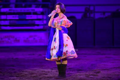 Con un vestido blanco con detalles mexicanos, Ángela mostró su potente voz al interpretar Aires del mayab.