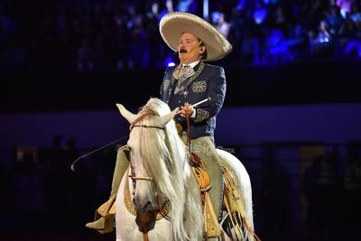 La gente disfrutaba al máximo cada momento del espectáculo que continuó con la presencia de Antonio Aguilar (hijo). Con traje de charro, interpretó el corrido de Gabino Barrera