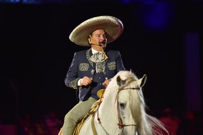 La gente disfrutaba al máximo cada momento del espectáculo que continuó con la presencia de Antonio Aguilar (hijo). Con traje de charro, interpretó el corrido de Gabino Barrera.