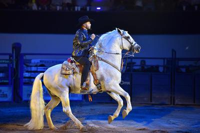 Montado en un hermoso caballo, Leonardo recorría el lugar mientras entonaba Amor limosnero y No volveré. Algunas chicas aprovecharon para gritarle piropos al retoño de Pepe.