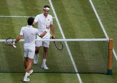 Federer dejó una vez más su impronta en la central, con magistrales dejadas y espectaculares subidas a la red, pero el suizo cometió 62 errores no forzados, diez menos que el serbio, más estable desde el fondo.