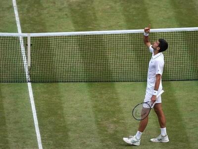 Ante su hijo Stefan, y sus padres Srdjan y Dijana, Djokovic protagonizó uno de los momentos más especiales de su carrera, ganando los tres cruciales desempates de la tarde.
