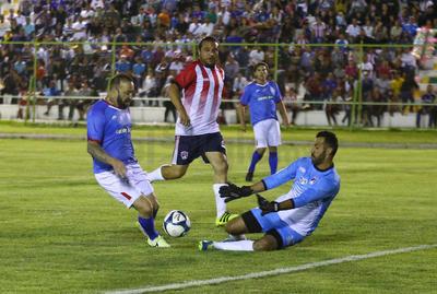 Para el segundo tiempo las Chivas entraron más enchufadas y se fueron al frente con todas las ídeas que les faltaron en la primera mita.