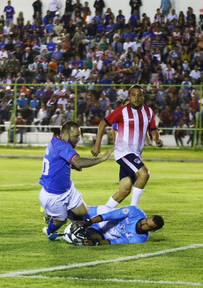 """Cinco minutos más tarde de nuevo el """"Matute"""" hizo gala de su individualidad al internarse al área por la banda izquierda, quitarse dos defensores Chivas y disparar por abajo para poner el 2-0 con el que se irían al descanso."""