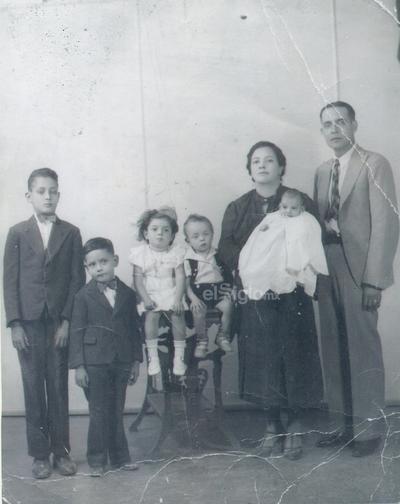 1937. Sr. Julián Salas Garza y Sra. Isaura Muñoz de Salas con sus hijos: José María (f), Ignacio (f), Amalia (f), Francisco (f) y el niño en brazos que por nombre lleva Héctor Daniel, hoy en día tiene 81 años de vida.
