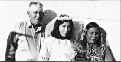 Sra. Ma. Guadalupe Méndez de Mijares acompañada de sus padres: Sr. Mateo Méndez Ávila (f) y Sra. Leandra Juárez García (f) el día de su boda en 1969.