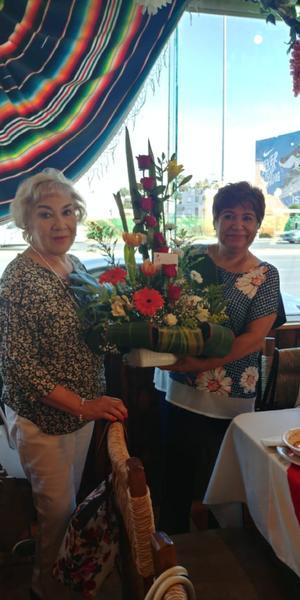 14072019 Yolanda Mejía entregándole un arreglo de flores a Carmen Muñoz por su jubilación.