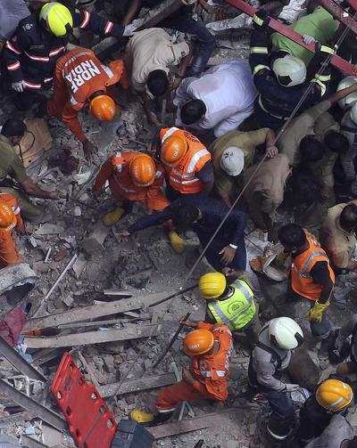 Algunas personas fueron rescatadas de los escombros.