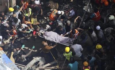 El derrumbe dejó atrapadas a varias personas.