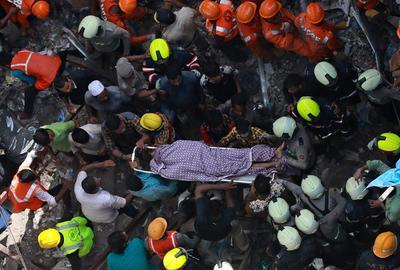 Un derrumbe en un edificio provocó alerta en Bombay.