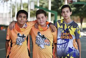16072019 CONVIVEN EN EL CAMP BASQUET.  Carlos, Osiel y Fabián.