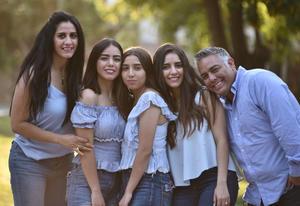 16072019 Martha y Manuel con sus hijas: Sofi, Andrea y Mariana.