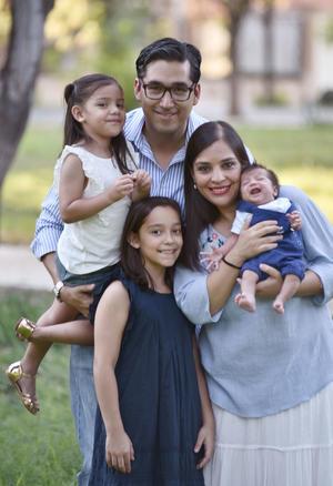 16072019 Luis Gerardo y Alejandra con sus hijas: Jaquie y Claudia.