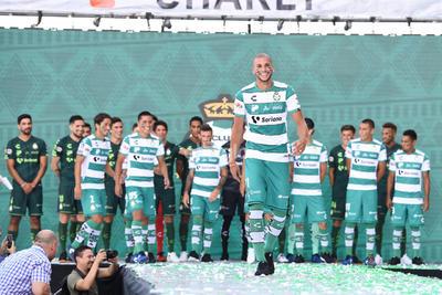El uniforme de local en verde y blanco con pequeñas líneas delgadas en negro, hizo su aparición y es muy parecido al del Verano 2001, cuando Santos conquistó su segundo campeonato en la historia del futbol mexicano.
