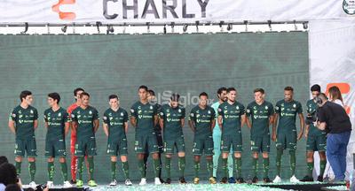 Luego se dio paso al uniforme de visita, que contrasta dos tipos de verde y que se asemeja mucho al que utilizaron los Guerreros cuando conquistaron el Clausura 2015 de la Liga MX.