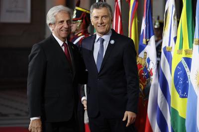 El presidente de Argentina posa junto a su homólogo uruguayo, Tabaré Vázquez.