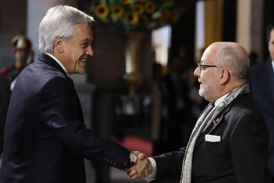 El canciller de Argentina, Jorge Faurie saluda al presidente de Chile, Sebastián Piñera.