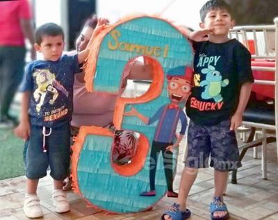 Samuel festejó su tercer cumpleaños junto a su hermano, Mateo, y su mamá, Lucía.