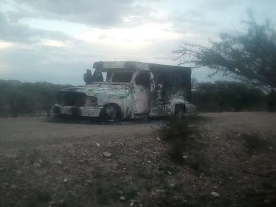 Autoridades investigan las causas del incendio registrado en el tramo carretero que conecta al municipio de Peñón Blanco con San Juan del Río.