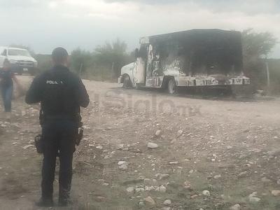 El vehículo fue completamente consumido por el fuego, pero no se reportaron personas lesionadas.