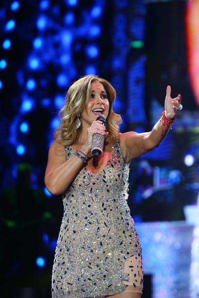 La cantante abandonó unos minutos el escenario para cambiar de vestuario y regresar con una banda sinaloense que la acompañó en 'El sinaloense', 'Me gustas mucho', 'Árboles de la barranca' y 'A través del vaso'.