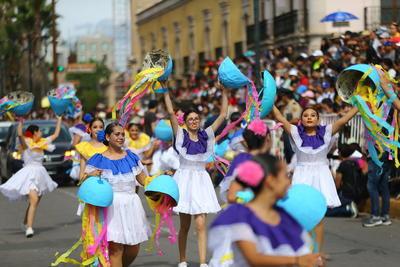 El 'Corazón de la Ciudad' se llenó de color, música, danza, fantasía y Séptimo Arte con el tradicional desfile de la Feria Nacional Durango.