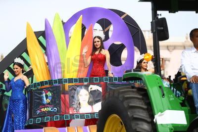 Vaqueros, charros, alguaciles, chicas del 'can can', caballos, apaches y hasta piratas fueron protagonistas del desfile al que también se sumaron marching band de diferentes estados del país y grupos folclóricos.