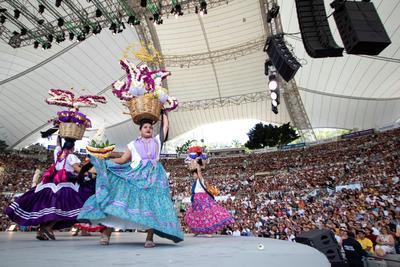 La alegría permeó la edición matutina del primer Lunes del Cerro, con la tradicional presentación de las Chinas Oaxaqueñas, quienes desfilaron por el Auditorio Guelaguetza con sus hermosos canastos con adornos florales.
