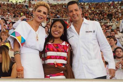 El gobernador de la entidad, Alejandro Murat, acompañado de su esposa, Ivette de Murat, así como los secretarios de Turismo federal, Miguel Torruco Marqués, y de Cultura, Alejandra Frausto, presenciaron el espectáculo multicolor e impregnado de alegría.
