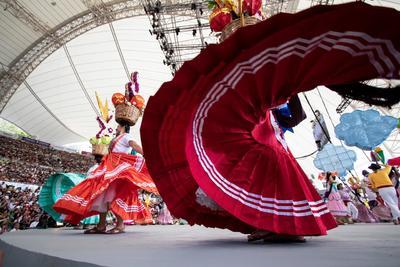 El público nacional y extranjero que año con año espera este evento, también se deleitó con la presencia del Istmo de Tehuantepec, con la delegación de Chicapa de Castro, en la que mujeres y hombres compartieron sus costumbres y tradiciones al ritmo de alegres sones.