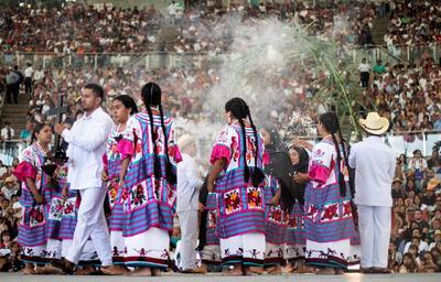 Las fiestas de carnaval también llegaron a la Guelaguetza, de la mano de los Chilolos de Chalcatongo de la región Mixteca, y con sus movimientos corporales dieron vida a los personajes que encantan al público.