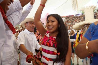 A través de sones, chilenas y jarabes, las ocho delegaciones que representan a las diferentes comunidades indígenas de Oaxaca, realizaron un viaje por las tierras ancestrales, luego de que la tarde de ayer llevaron a cabo el Primer Desfile de Delegaciones por las calles de la capital oaxaqueña, compartiendo la magia de cada uno de sus pueblos.
