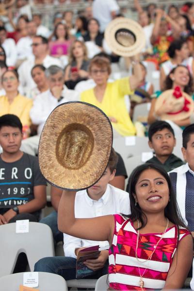 En tanto que el término hace referencia en la lengua zapoteca a las ideas de cooperar y reciprocidad, en la fiesta se relaciona con el hecho de compartir con el público algunos de los productos que se producen en sus regiones, como frutas objetos de barro, tortillas, entre mucho más.